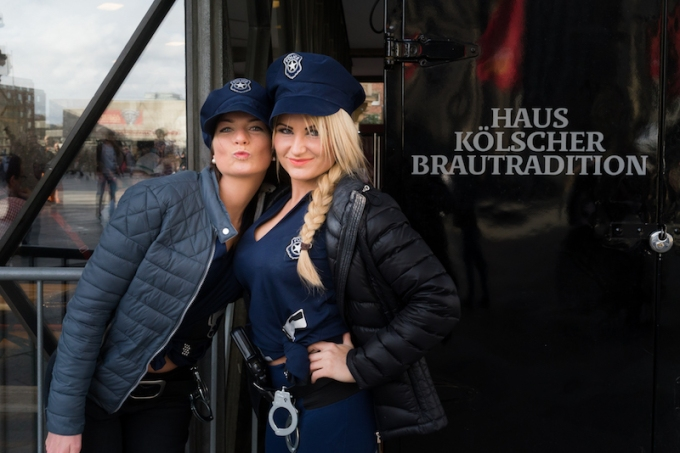 cologne-carnival-posing-women-the-cops
