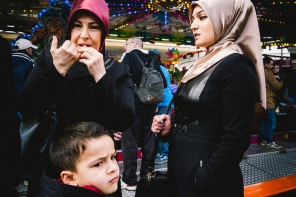 funfair-cologne-2016-two-women-one-boy