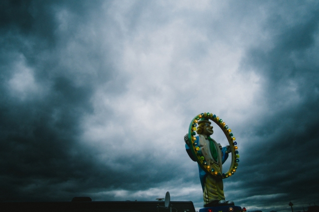 funfair-cologne-2016-clown-under-dark-clouds